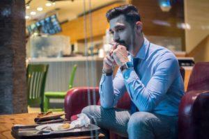 Comment surmonter son stress de manger en public ?
