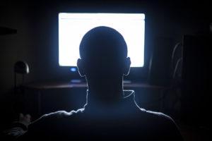 Lumière bleue: quels sont les dangers d'une exposition prolongée aux écrans?